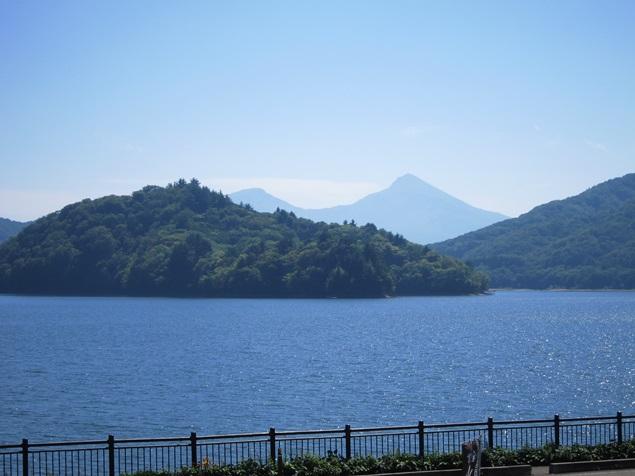 21_桧原湖と磐梯山.JPG